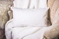 Белый поясничный модель-макет случая подушки внутреннее фото Стоковое Изображение