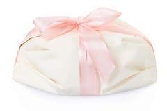 Белый подарок присутствующий с розовой лентой сатинировки Стоковое Фото