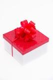 Белый подарок с красным смычком стоковое изображение