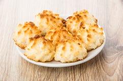 Белый поддонник с печеньями кокоса на таблице Стоковые Изображения RF