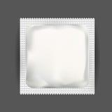 Белый пустой мешок фольги упаковывая для лекарств, кофе, соли, сахара, перца, специй, саше, помадок или презерватива медицины moc Стоковая Фотография
