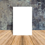 Белый пустой плакат в бетонной стене и тропической деревянной комнате пола стоковая фотография