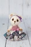Белый плюшевый медвежонок художника в розовом платье одном вида Стоковое фото RF