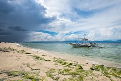 Белый пляж песков в Moalboal, Филиппинах Стоковые Фотографии RF