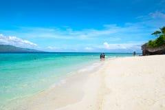 Белый пляж песков в Moalboal, Филиппинах Стоковые Фото