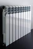 Белый радиатор в квартире стоковая фотография