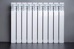 Белый радиатор в квартире стоковые изображения rf