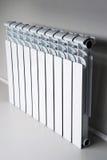 Белый радиатор в квартире стоковые фотографии rf