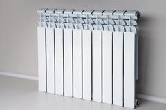 Белый радиатор в квартире стоковые изображения