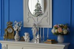 Белый дрессер при зеркало отражая дерево Стоковое фото RF