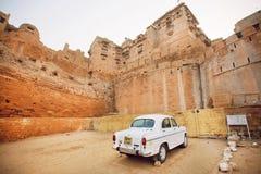 Белый ретро автомобиль припарковал в дворе исторического форта Jaisalmer построенного в ОБЪЯВЛЕНИИ 1156 Стоковая Фотография