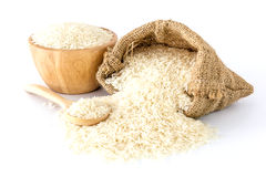 Белый рис в шаре и ложке сумки и деревянных на белой предпосылке Стоковая Фотография