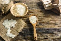 Белый рис жасмина Хороший рис Таиланд на старых деревянных столах Стоковое фото RF
