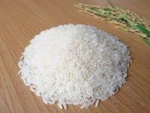 Белый рис на деревянной черной земле Стоковое Фото