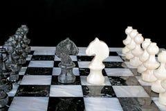 Белый рыцарь против черный рыцарь Стоковое Изображение