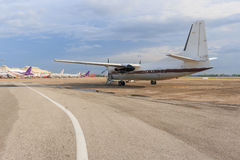 Белый самолет на взлётно-посадочная дорожка Стоковое Фото
