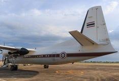 Белый самолет на взлётно-посадочная дорожка Стоковое Изображение RF