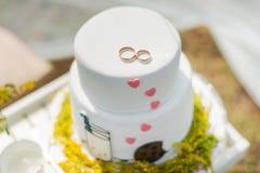 Белый свадебный пирог с кольцами золота Стоковое Изображение RF