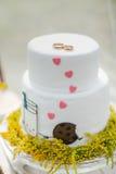 Белый свадебный пирог с кольцами золота Стоковые Изображения