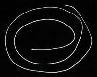 Белый скрученный шнур изолированный на черной предпосылке Стоковые Фото