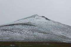 Белый снег над горой с славным взглядом Стоковое Изображение RF