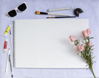 Белый состав таблицы с бумагой розовых и акварели Затрапезный шикарный модель-макет свадьбы или шрифта Стоковое Изображение RF