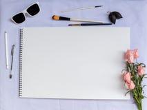Белый состав таблицы с щетками и бумагой акварели Шаблон или модель-макет знамени стиля Boho Стоковая Фотография RF