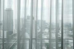 Белый солнечный свет занавеса через окна в городе Стоковые Изображения RF