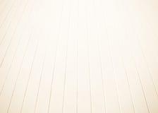 Белый старый деревянный пол с запачканной коричневой предпосылкой тона sepia Деревянные планки ставят солнечный свет пирофакела т Стоковые Фото