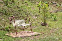 Белый стенд качания в саде Стоковая Фотография RF