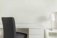 Белый стол и серый стул стоковые фото