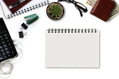 Белый стол офиса с калькулятором, бумажником, и поставками верхняя часть соперничает Стоковое Изображение RF
