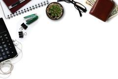 Белый стол офиса с калькулятором, бумажником, и поставками верхняя часть соперничает Стоковые Фото