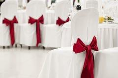 Белый стул банкета с красным смычком Стоковое фото RF