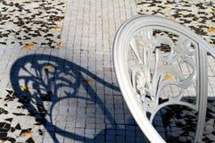 Белый стул и своя голубая тень Стоковая Фотография RF