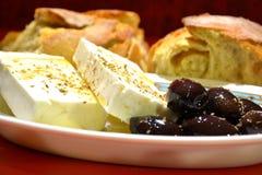 Белый сыр с оливками и хлебом Стоковые Изображения RF