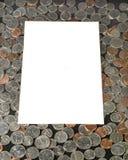 Белый текстовый участок на предпосылке монеток США Стоковая Фотография