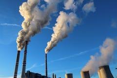 Белый токсический перегар от электрической станции угольной электростанции под небом стоковое изображение