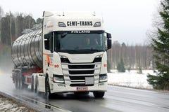 Белый топливозаправщик Scania R500 следующего поколени Semi на дороге в Rai Стоковые Изображения RF
