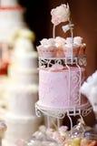 Белый торт cupkace свадьбы украшенный с цветками Стоковое Изображение RF