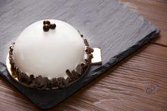 Белый торт glyassazhe при украшенный шоколад стоковые изображения