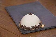 Белый торт glyassazhe при украшенный шоколад Стоковая Фотография