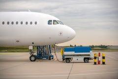 Белый транспортный самолет на авиапорте Стоковая Фотография RF
