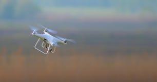 Белый трутень летает полностью скорость Стоковая Фотография RF