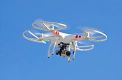 Белый трутень с камерой в небе Стоковая Фотография