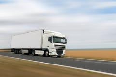Белый тяжелый грузовик на дороге стоковое изображение