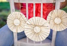 Белый украшенный стул Стоковая Фотография