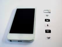 Белый умный телефон, поднос карточки sim и малая бумага сымитированные как Стоковое Фото