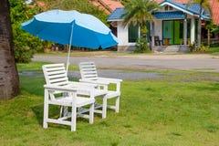 Белый установленный стул и зонтик на поле травы Стоковые Фотографии RF