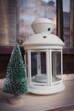 Белый фонарик и миниатюрная рождественская елка Стоковые Фото